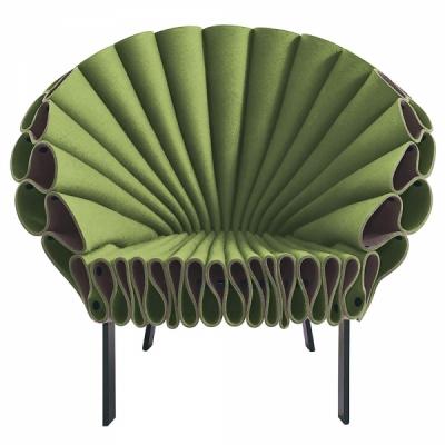 Křeslo Peacock kopíruje linie roztažených pavích per, konstrukce z lakovaného kovu, plst, design Dror Bershetrit, Cappellini, cena 273 000 Kč, www.cappellini.it
