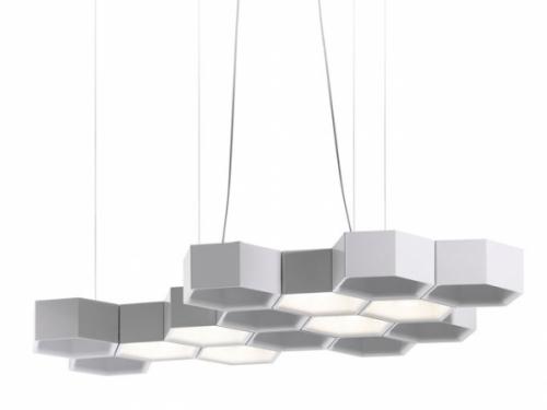 Závěsné svítidlo Honeycomb zdroj inspirace nezapře svým vzhledem ani názvem, hexagonální moduly jsou volně seskupeny a spojeny svorkami tvořícími samonosnou konstrukci, design Studio Habits, Luceplan, cena 12 705 Kč, www.aulix.cz