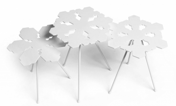 Koncept odkládacích stolků Snowflakes kopíruje jedinečnost sněhových vloček – jejich tabulky jsou vyrobeny z corianu za pomoci počítačového softwaru tak, aby každá byla unikátní, O 37 cm, design Claesson Koivisto Rune, Offecct, cena od 12 025 Kč, www.offecct.se