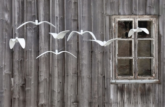 Kolekci závěsných svítidel Night Birds tvoří tři varianty představující různé fáze ptačího letu, svítidla jsou vyrobena náročnou technologií tavení skla do formy a jeho následným ohýbáním, Brokis, cena 17 900 Kč, www.aulix.cz
