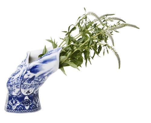 Blow away vznikla digitalizací vázy Royal Delft a následnou simulací silného větru ve speciálním softwaru, ruční výroba, porcelán, 30,5 x 26 cm, Moooi, cena 24 157 Kč, www.bulb.cz