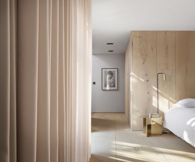 S relaxačním rozměrem celého prvního patra koresponduje volba světlého přírodního dubu, z něhož je vyrobená podlaha i obložení stěn