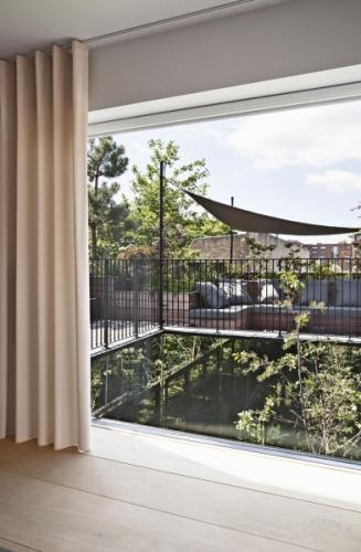Zelené tepny domu prorůstají nyní už i na střešní terasu, kde za čas splynou s okolní vegetací