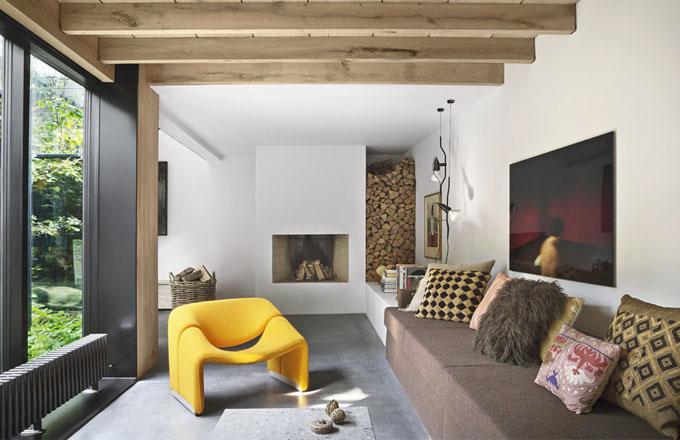 Hřejivou atmosféru obývacího pokoje doplňuje polstrovaný žluťásek Groovy navržený v roce 1972 Pierrem Paulinem