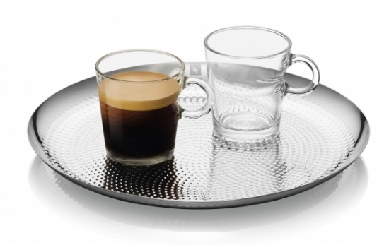 Pro doplnění káv z této Limitované Edice Nespresso navázalo spolupráci se švýcarským designérským studiem, Atelier oї, které navrhlo úchvatné servírovací podnosy.