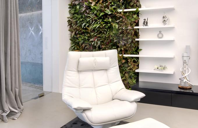 Kaskádová zahrada v moderním obývacím pokoji
