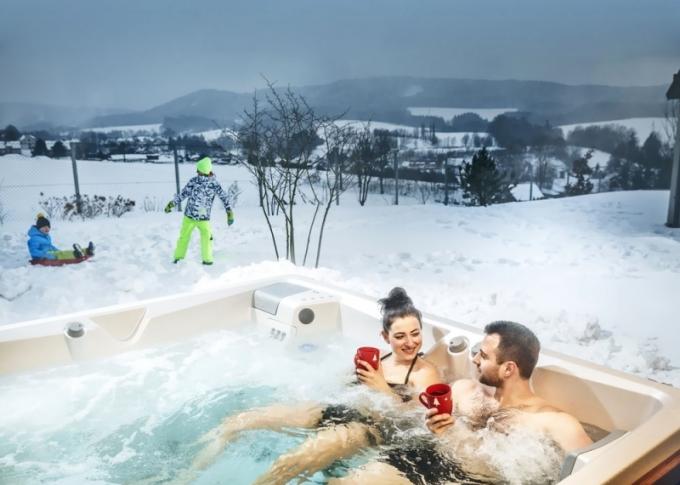 Náklady na provoz Swim Spa XL v chladnějším období šetří speciální termokryt a systém izolace, víc o standardním vybavení na www.usspa.cz