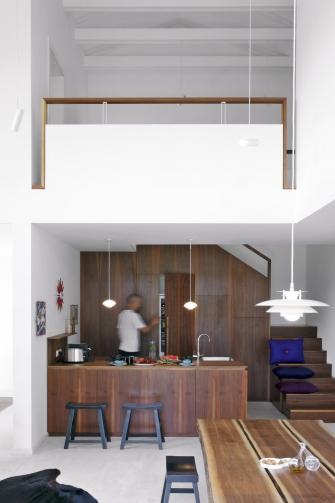 Podlahu v přízemí tvoří světlá vápencová dlažba, která v létě příjemně chladí a v zimě akumuluje teplo a hřeje. Podél kuchyně vede na galerii otevřené schodiště