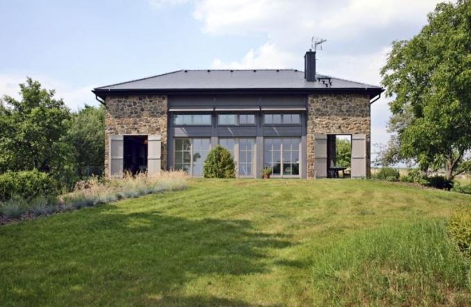 Dům se skládá ze tří částí. První trakt (vlevo) zahrnuje technickou část domu – dílnu, saunu, mobilní sprchu a úložný prostor na zahradní techniku. Druhý, prostřední trakt je vložená dřevostavba a má dispozici 4 + kk. Třetí část domu (vpravo) slouží jako velká zastřešená terasa