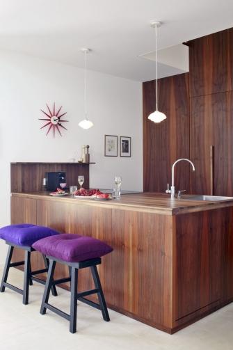 Nábytkové komponenty včetně kuchyňské linky propojené se schodištěm dodala svitavská společnost Chladil Interiéry, olejovaná dýha z evropského ořechu v otevřeném interiéru krásně vynikne