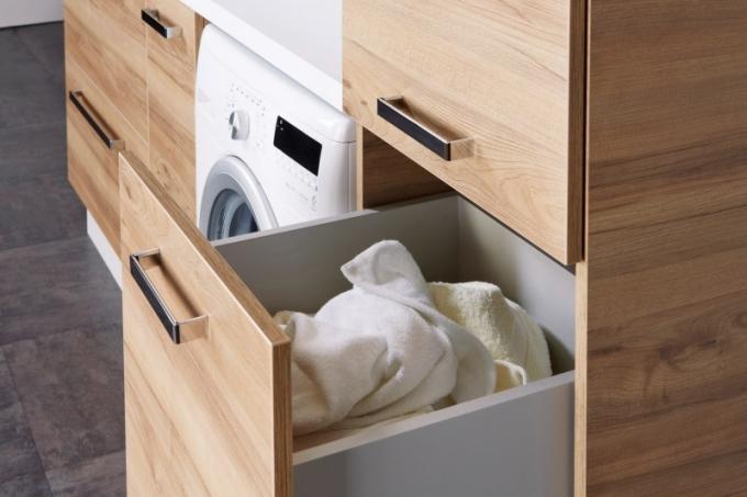 Koupelnová sestava s několika nábytkovými prvky, které usnadní organizaci při ukládání zašpiněného prádla a pracích prostředků, cena podle typu modulů k doptání, www.krajcar.cz