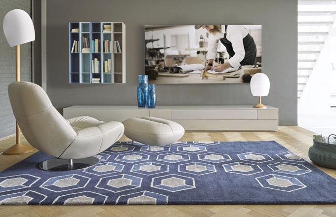 Křeslo Manarola s podnožkou, kovová základna, kůže, design Philippe Nigro, Ligne Roset, cena 57 256 Kč, www.ligne-roset.cz