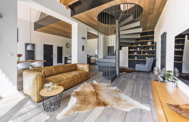 Kovové schodiště prakticky propojuje společenskou zónu domu s klidovou a zároveň tvoří atraktivní dominantu apartmánu rodičů