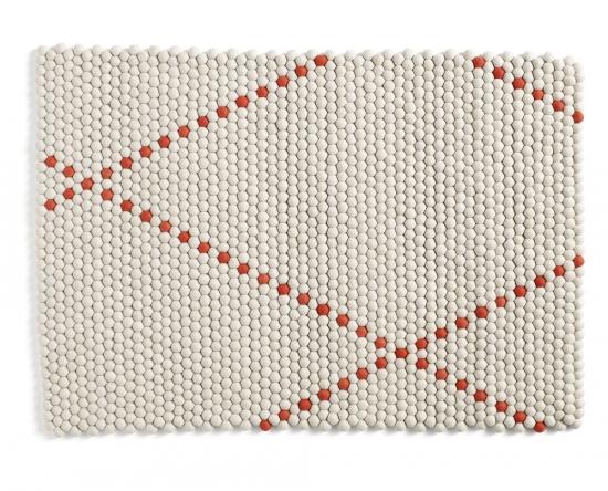 Koberec Dot je vyroben z tisíců ručně balených a následně šitím spojených kuliček, získal ocenění Dutch Design Award, design Scholten & Baijings, Hay, cena od 11 180 Kč, www.designville.cz