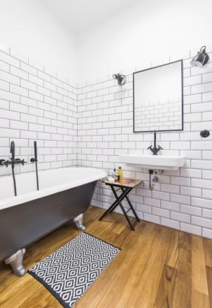 V koupelně kraluje historická černě lakovaná repasovaná vana z roku 1920. K dokonalému efektu přispěly i luxusní černé baterie (Dornbracht)