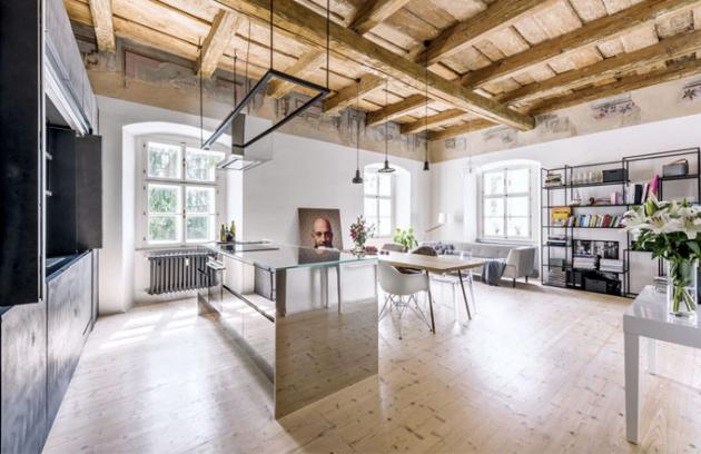 Prostor zkrášlují atraktivní svítidla značek Brokis a Lasvit. V obývací části je umístěna na míru zhotovená otevřená kovová knihovna v černé barvě