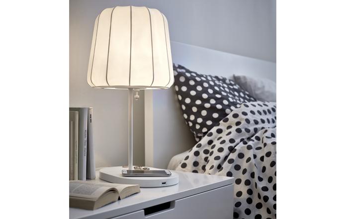 Stolní lampa Varv s bezdrátovým dobíjením mobilního telefonu, cena 1 490 Kč, www.ikea.cz