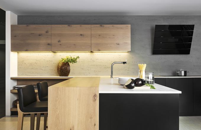 Originální pojetí kuchyně Comfort/Line vzniklo kombinací laku a rustikální dřeviny. Struktura dubu, suky a nepravidelný povrch spolu s černou plochou podtrhne souznění dvou zdánlivě nesourodých materiálů, www.hanak-nabytek.cz