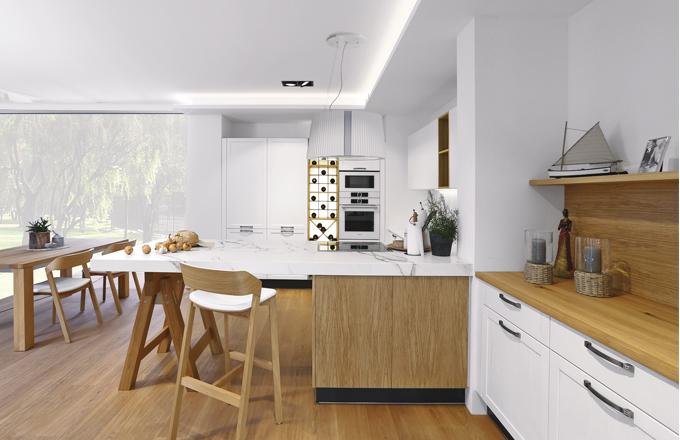 Kuchyň Style propojuje modernistické linky s historizujícími prvky a tvary, neobvyklým doplňkem je pak pop-artová vinotéka se zabudovanými zářivkami, www.sykora.eu