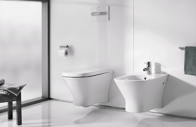 K bidetu Nexo, Roca, cena 3 490 Kč, je možné pořídit za zvýhodněnou cenu toaletu včetně nádrže, sedátka se zpomaleným sklápěním a tlačítka za 7 390 Kč, www.siko.cz