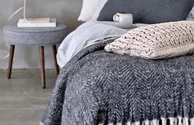 Pletený přehoz GreyWhite značky Bloomingville, 25 % vlny, 55 % akrylu a 20 % polyesteru, 125 x 150 cm, cena 3 569 Kč, www.nordicday.cz