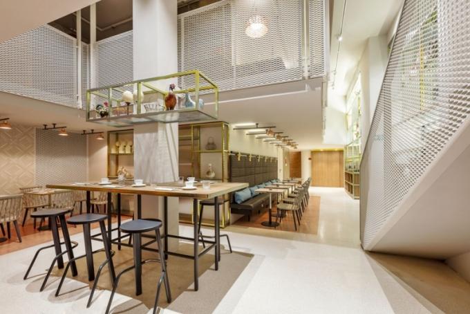 Kovové konstrukce ve snídaňové místnosti navozují atmosféru industriálně laděného bistra