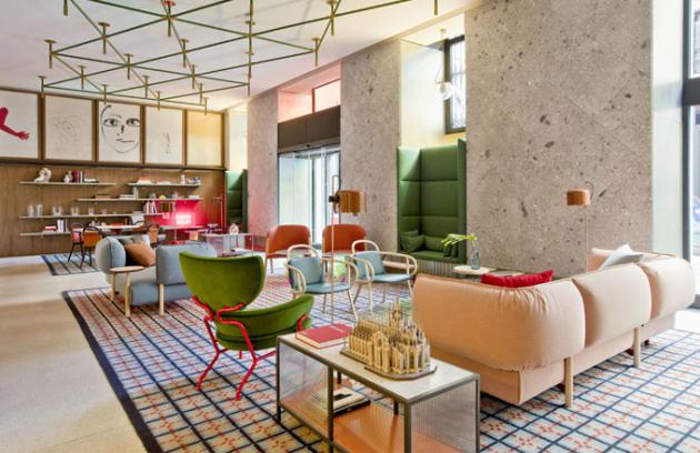 Hotelová lobby je přehlídkou nábytku, který Patricia Urquila navrhla pro značky Cassina, Kartell či Moroso