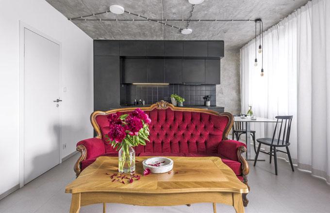 Sto let starému sofa dělá společnost pevný stolek, který jako jediný kus nábytku Jakub zachoval z původního vybavení bytu