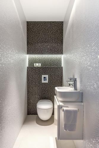 V oddělené místnosti s toaletou je použitá lesklá mozaika, která místnost opticky zvětšuje a propůjčuje jí noblesní vzhled ve stylu glamour