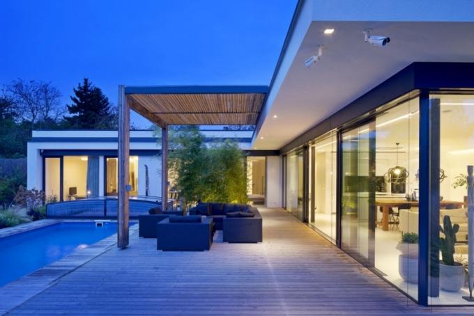 Půdorys domu ve tvaru písmene L skýtá majitelům dostatečné soukromí u bazénu a na terase přímo propojené s obytným prostorem