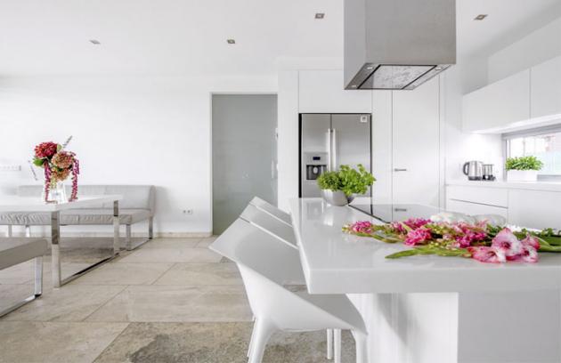 Snížený varný ostrůvek, který je současně i jídelním stolem, skvěle naplňuje ergonomická pravidla správného vaření, kdy na plotně dobře vidíte do kastrolů a zároveň ke stolu nepotřebujete vysoké barové židle