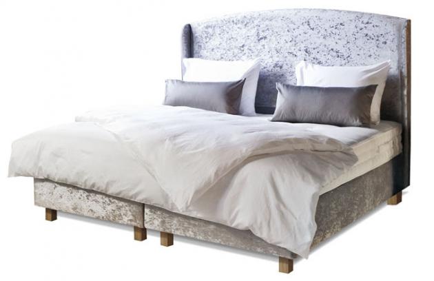Ručně vyrobená dvoulůžková postel z vlastní kolekce Aston, bonelový pružinový systém od německého výrobce Leggett Platt, luxusní výplňové materiály – vlna, bavlna, hedvábí a kašmír, 180 x 200 cm, Aston, cena včetně čela od 88 300 Kč, www.dreambeds.cz