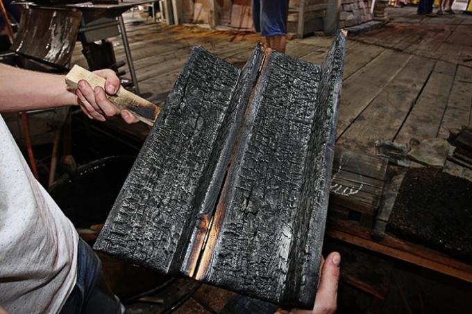 Skleněné svítidlo se strukturou dřeva