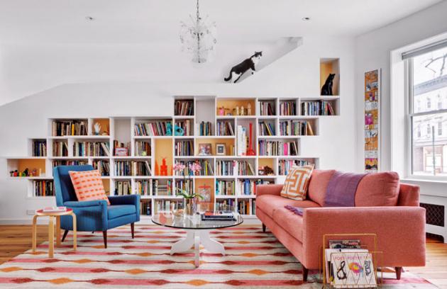 Čalouněný sedací nábytek v modré a růžové barvě dodává místnosti zajímavý charakter