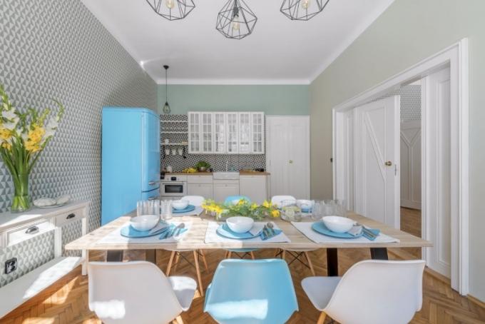 Kuchyňská sestava nábytku Bobdyn (Ikea) stylově skvěle ladí s dochovanými dveřmi i okny. Vhodný ráz prostředí podporuje i retro design trouby, stylové umyvadlo Domsjö a baterie Bosjön (obojí Ikea). Kuchyňská linka je obložená keramickými černobílými obkládačkami Terrades Grafito (Los Kachlos) formátu 20 x 20 cm, na zdi je tapeta v designu Arne Jacobsena