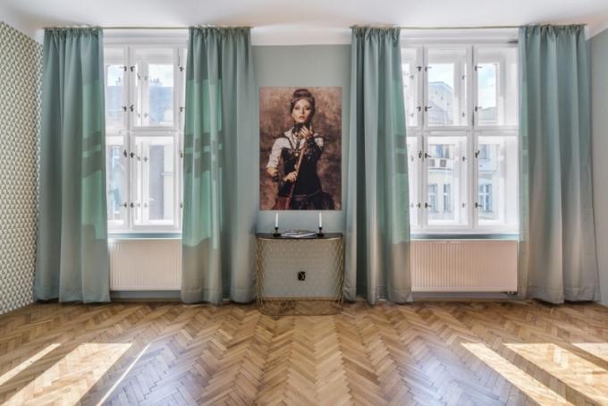 Při vstupu do místnosti vás přivítá téměř až kýčovitý obraz steampunkové ženy – tajemné Alice, která vás láká ke vstupu do nevšedního prostředí. Přestože na sebe strhává nadmíru pozornosti, prostě sem do uliček staré Prahy tato divoženka nějak patří. Konzolový stolek Ruche je dílem Jeana Louise Scherrera