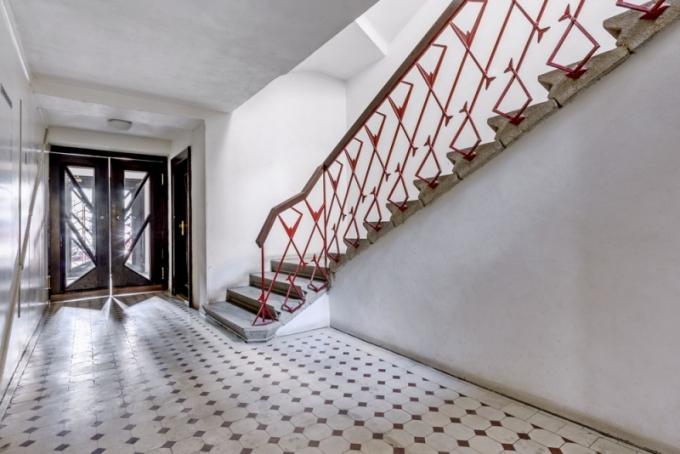 Pohled na skvěle zachovaný vstupní prostor kubistického domu a původní schodiště
