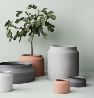Kolekci Pot tvoří betonové květináče s půvabným geometrickým detailem v mnoha rozměrech, jsou vhodné pro interiér i exteriér, Ferm Living, cena od 830 Kč, www.designville.cz