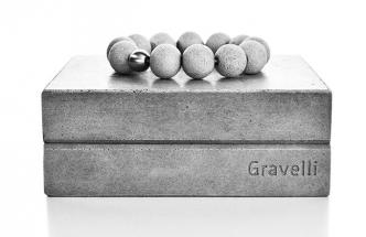 Ručně vyrobený náramek Spectrum Steel je dodáván v dárkové krabičce, design Tomáš Vacek, Gravelli, cena 13 800 Kč, www.gravelli.com