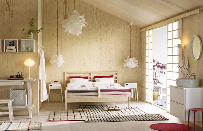 Rám postele Tarva z masivní borovice, 160 x 200 cm, cena 2 290 Kč, hladce tkaný koberec Ternslev, 250 x 174 x 250 cm, cena 3 990 Kč, www.ikea.cz