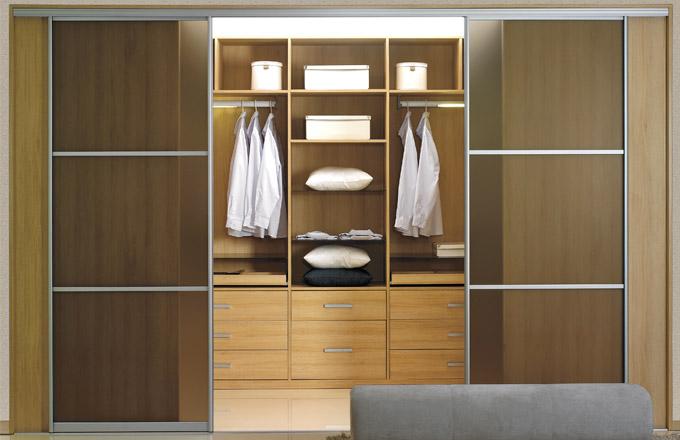 Přehledně organizovanou šatnu i s dveřmi si můžete nechat vyrobit přesně na míru, cena na dotaz, www.indeco.cz