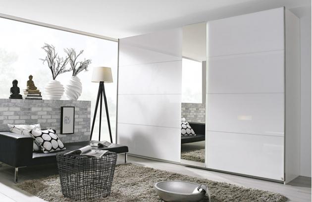 Šatní skříň Ocean v provedení alpská bílá/křišťálově bílé sklo, ve výbavě jsou 3 posuvné dveře, 4 šatní tyče a 8 polic, 270 x 223 x 68 cm, cena 29 999 Kč, www.kika.cz