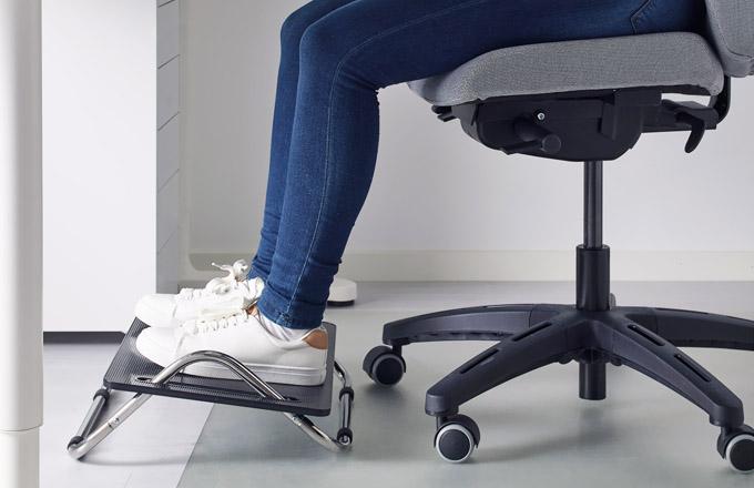 Podnožka Dagotto snižuje tlak na nohy, záda a krk, protiskluzový povrch, cena 299 Kč, www.ikea.cz