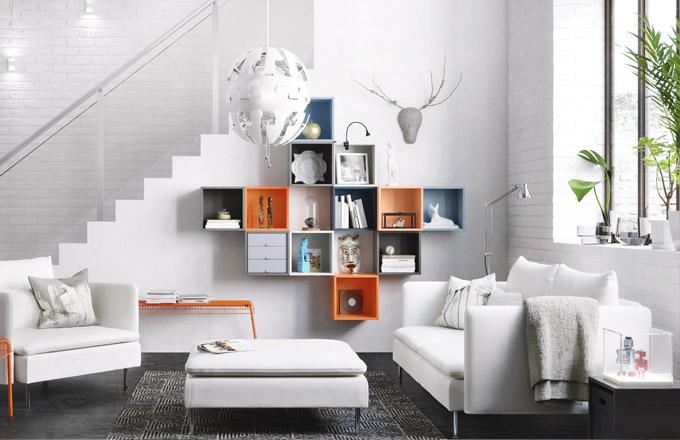 Neobvyklou kompozici vytvoříte sestavou barevných závěsných skříněk Eket, 175 x 35 x 210 cm, cena 4 800 Kč, www.ikea.cz