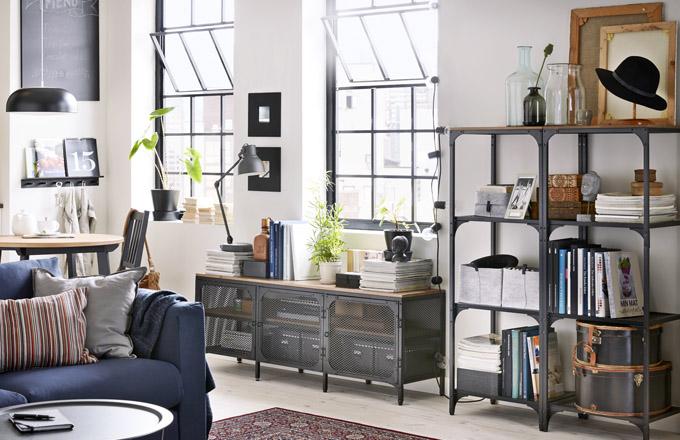 Lakovaný kov a masivní borovicové dřevo kombinuje nábytek z kolekce Fjällbo, regál, 50 x 36 x 136 cm, cena 1 190 Kč, TV stolek, 150 x 36 x 54 cm, cena 3 490 Kč, www.ikea.cz