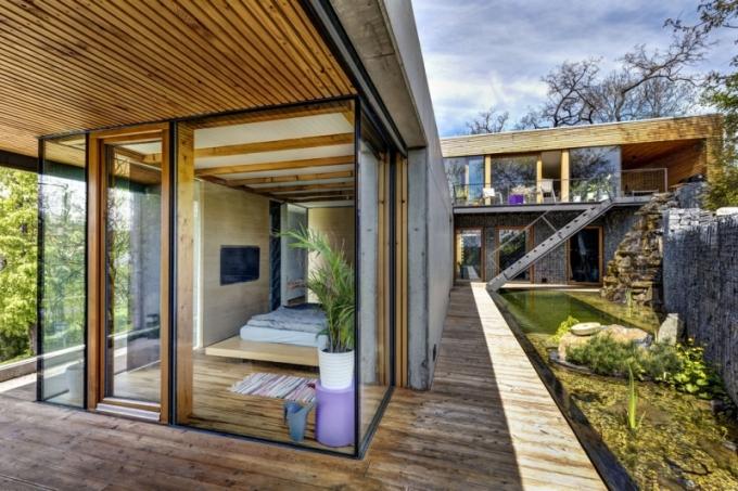Prosklené fasády domu tvoří kombinace bezrámového zasklení a velkoformátových posuvných ploch v masivních dubových rámech. Exteriér je tak maximálně propojen s interiérem.