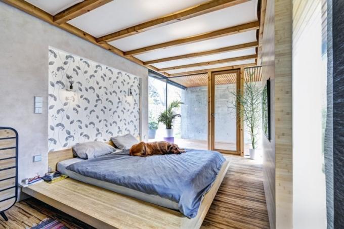 Hlavní ložnici ze tří stran obklopují prosklené stěny a terasy. Je vybavena velkou postelí vyrobenou na zakázku. Přesahující střecha účinně zabraňuje přehřívání interiéru.
