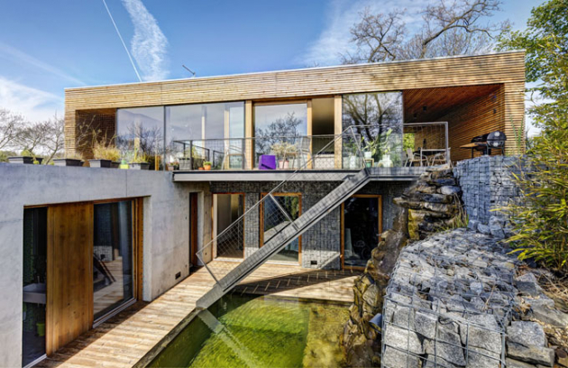 Každý, kdo se někdy zajímal o moderní architekturu a její historii, nemohl nenarazit na pověstnou Vilu nad vodopádem, jejímž autorem je slavný americký architekt Frank Lloyd Wright. Srovnání s novostavbou na okraji Prahy je možná trochu zavádějící, nicméně i v tomto případě vzniklo v obtížných terénních podmínkách pohodlné moderní bydlení, kde se vstává i usíná s melodií padajícího proudu vody.