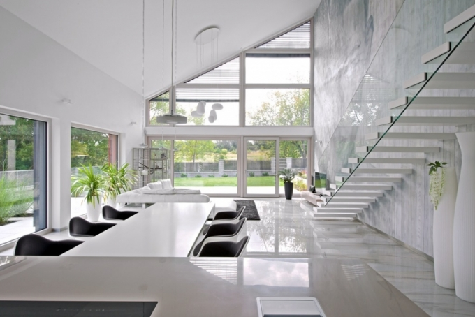 Na přání majitelů je v celém domě položena velkoformátová dlažba imitující mramor, která podporuje dojem velkoleposti. Vzdušnost společenské zóny umocňuje i strop ve výšce dvou pater