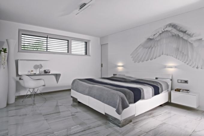 Šárka i Pavel mohou ze své ložnice vstoupit přímo do šatny umístěné za stěnou v záhlaví lůžka. Komfort soukromé zóny obohatil kosmetický stolek Mamba (MDF Italia). Stěnu v záhlaví zdobí tapeta (Wall Deco)